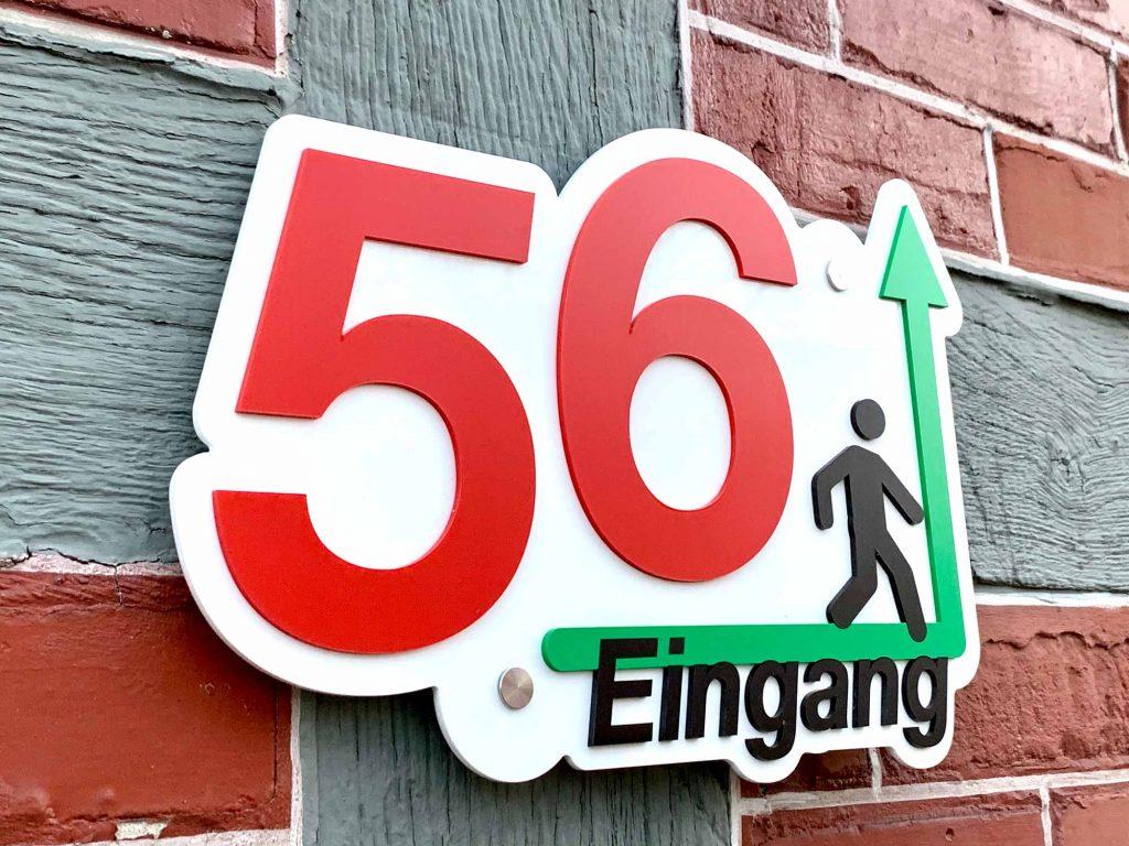 Hausnummer und Wegweiser Schild aus Acryl